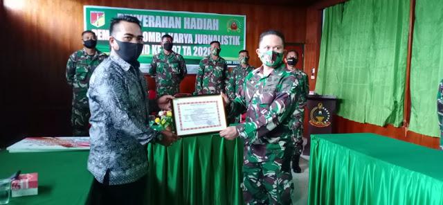 Penyerahan Hadiah Pemenang LKJ TMMD 107 TA. 2020 Kategori Wartawan oleh Dandim 1308/LB.