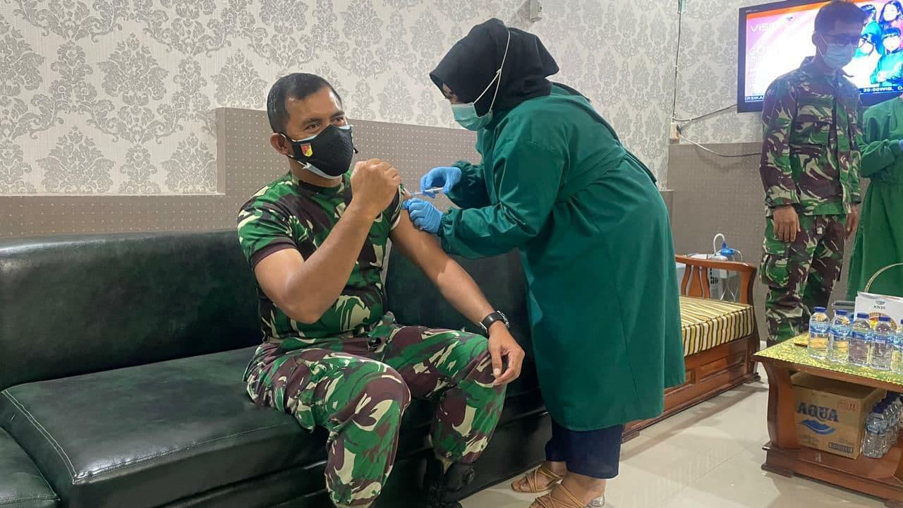 Anggota TNI dan PNS Jajaran Korem 132/Tdl Laksanakan Vaksinasi Tahab Pertama