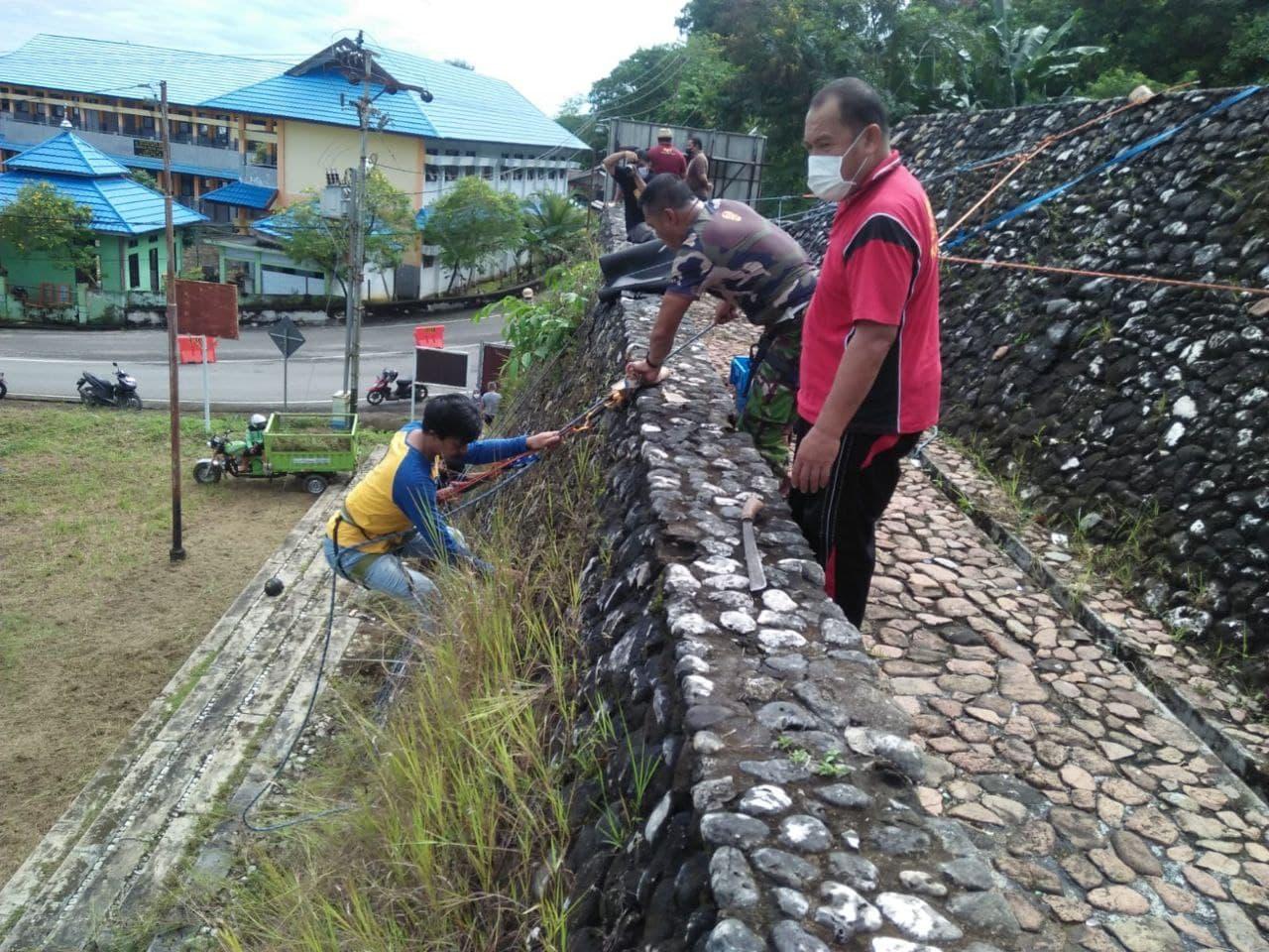 Koramil 10/Salakan Kerja bakti Bersama Warga Bersihkan Monumen Perjuangan