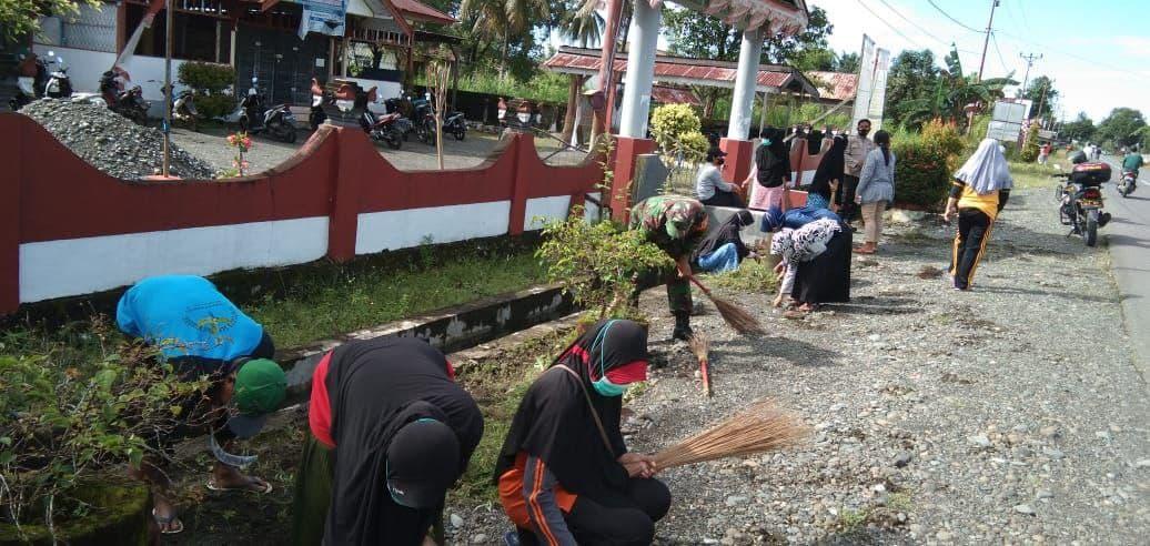 Babinsa Batui Bersama Warga Kerja Bhakti Bersihkan Kantor Desa